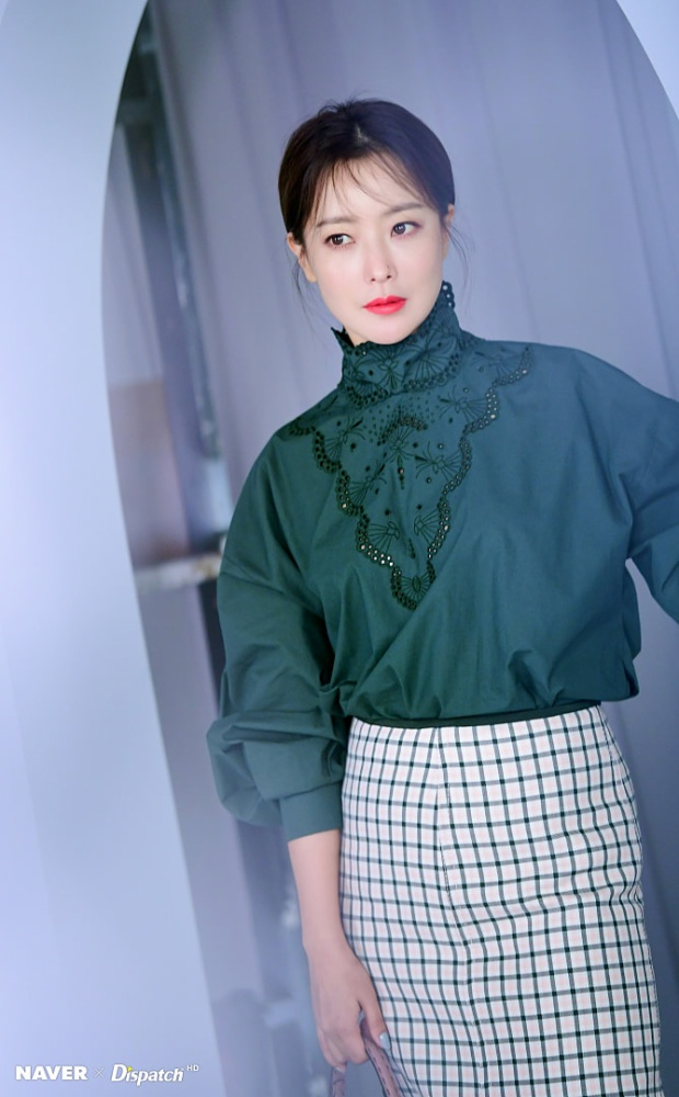 Dispatch tung loạt ảnh mỹ miều của Kim Hee Sun ở tuổi 41, cư dân mạng Hàn nói gì?