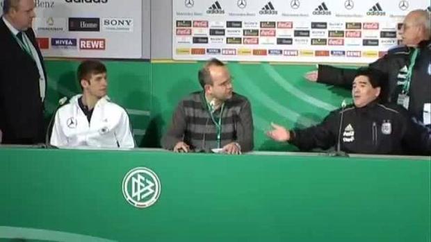 Buổi họp báo gây sốc của Maradona với Muller.