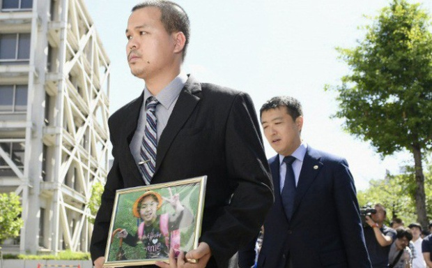 Anh Lê Anh Hào, bố bé Nhật Linh đi vào phòng xử án sáng nay 4/6.