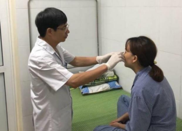 Bác sĩ điều trị cho bệnh nhân M.