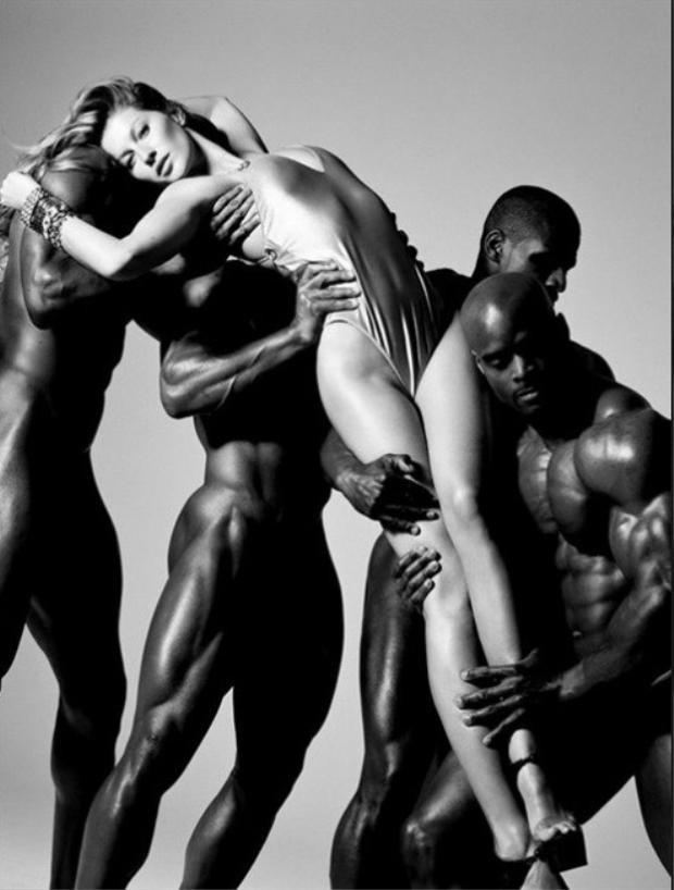Người mẫu nam da đen chỉ làm nền để tôn vẻ đẹp da trắng.Không chỉ ít được diễn trên sàn catwalk, những người mẫu da màu còn gần như không có cơ hội khi casting quảng cáo, bởi các doanh nghiệp sợ họ sẽ mang vận rủi cho sản phẩm của mình.