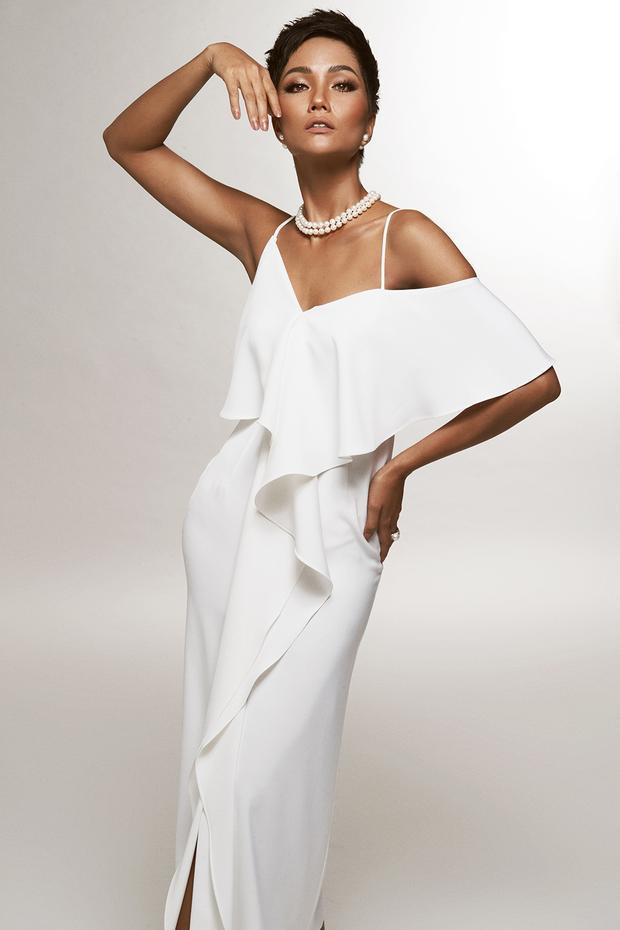 Với sắc trắng tinh khôi, H'Hen Niê mang đến vẻ ngoài trẻ trung, quyến rũ của những quý cô thành thị tươi mới, hiện đại.