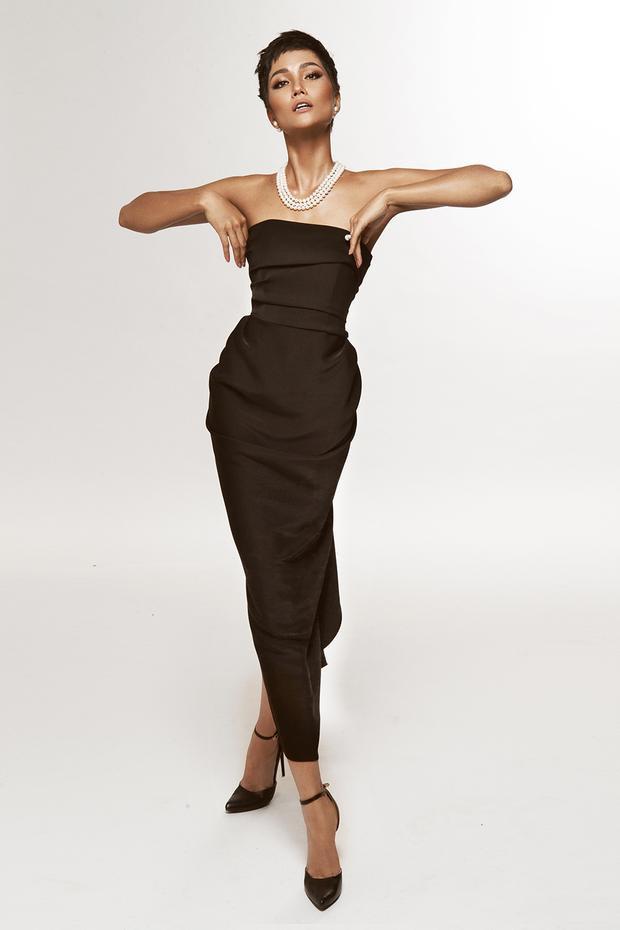 Chiếc váy cúp ngực đơn giản trở nên bắt mắt với những đường gấp trải dài từ ngực đến quá gối. Bộ trang phục mang đến nét tươi trẻ, thanh lịch cho người đẹp 9X khi kết hợp cùng vòng cổ ngọc trai tương phản màu sắc.