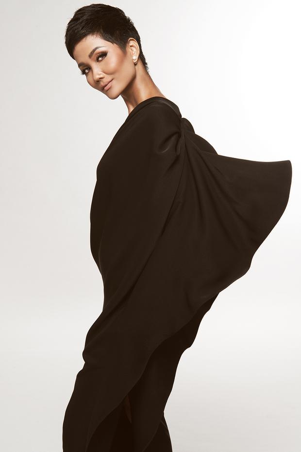 Phần vải được đắp chéo từ ngực, kéo qua cầu vai đến lưng tạo thành những đường gợn sóng mềm mại, quyến rũ.