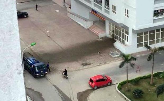 Chiếc ô tô chở khách dừng sát đó cũng bị phân bắn lên tung tóe. Ảnh: Otofun.