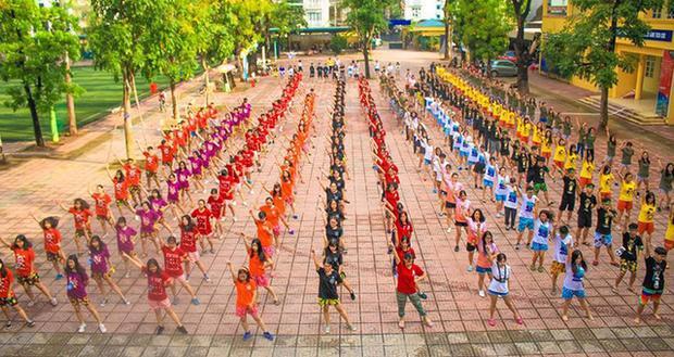 Màn flashmob mở đầu ngày hội bóng nước (Ảnh: BTC)