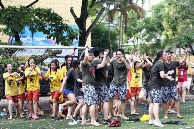 """Khi tiếng còi """"Hết giờ"""" vang lên, tất cả các bạn học sinh lớp 12 THPT Yên Hòa đều hòa chung vào bầu không khí cuồng nhiệt dù ai ai cũng ướt sũng."""