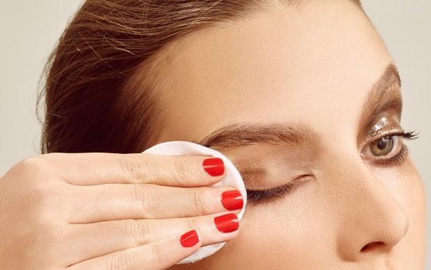 Ngủ với gương mặt đầy lớp trang điểm sẽ khiến bạn bị mù.