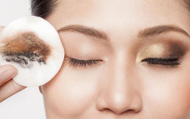 Lớp makeup mắt chưa rất nhiều tạp chất cặn bã