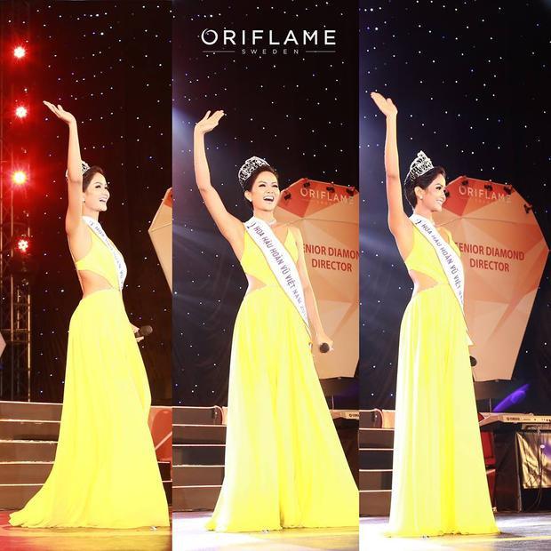 Đương kim Hoa hậu Hoàn vũ 2017 dễ dàng tỏa sáng trên sân khấu khi diện thiết kế đơn sắc khá nổi bật. Trông cô như một thỏi nam châm có thể hút vạn ánh nhìn về phía mình.