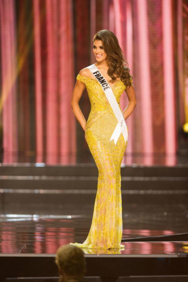 Cựu Miss Universe 2016 - Iris Mittenaere là mỹ nhân tiếp theo từng chọn sắc vàng để sải bước trong phần thi trang phục dạ hội. Bộ trang phục góp phần vào chiến thắng thuyết phục của cô năm đó.