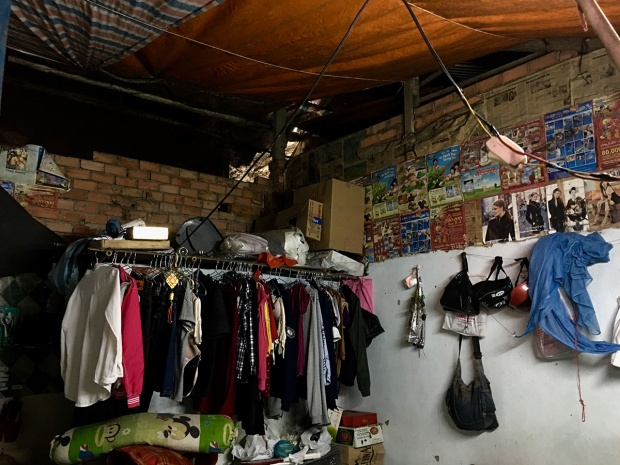 Mái nhà đã bị thủng rất nhiều chỗ, phải lấy bạt giăng lên để mưa để đỡ bị mưa dột
