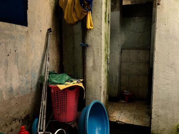 Cả dãy phòng trọ chỉ dùng chung một nhà vệ sinh nhỏ ọp ẹp và cũ kỹ