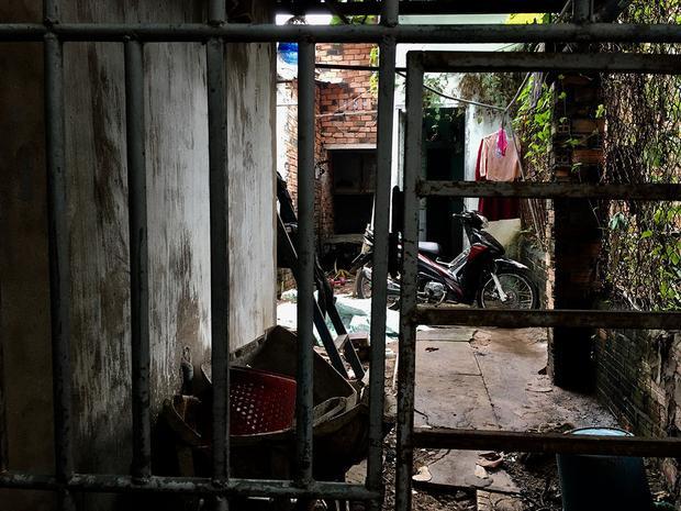 Một phòng trọ nằm sâu trong hẻm, xung quanh rất nhiều các phế phẩm, đồ vật bày bừa