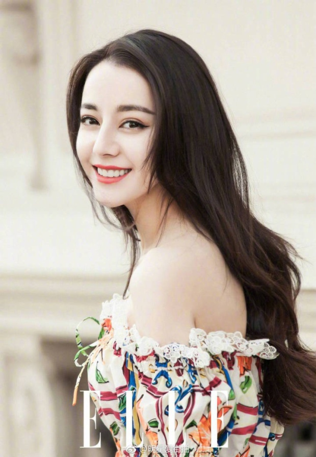 Địch Lệ Nhiệt Ba khoe lưng trần quyến rũ khiến netizen dậy sóng
