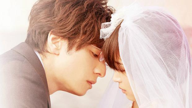Cảnh phim gây bất ngờ cho khán giả khi thầy Ito ôm hôn Hibiki