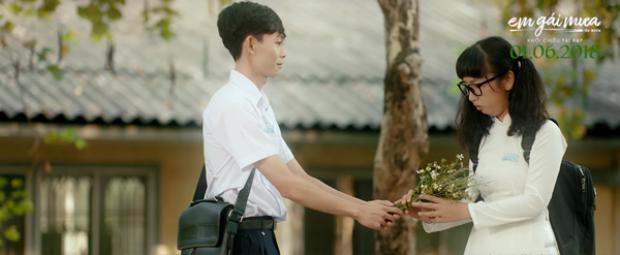 Em gái mưa: Chắc ai cũng từng có một bạn bàn bên như Trang Hý và Hồng Thanh