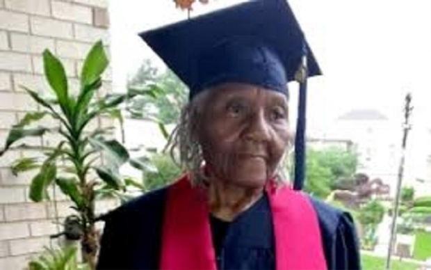 Bà cụ 89 tuổi với khuôn mặt nhăn nheo vì làm lụng suốt cả đời vừa tốt nghiệp trường Đại học Liberty