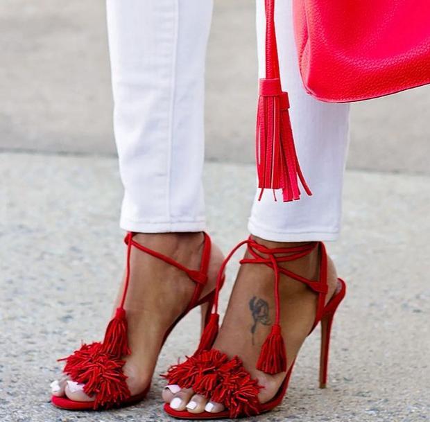 Nếu là cô nàng trẻ trung và say mê nét đẹp phá cách, cá tính thì phong cách punk len lỏi trong các mẫu giày cao gót và giày bệt - như chi tiết tua rua - chính là vũ khí bí mật của bạn mùa này.