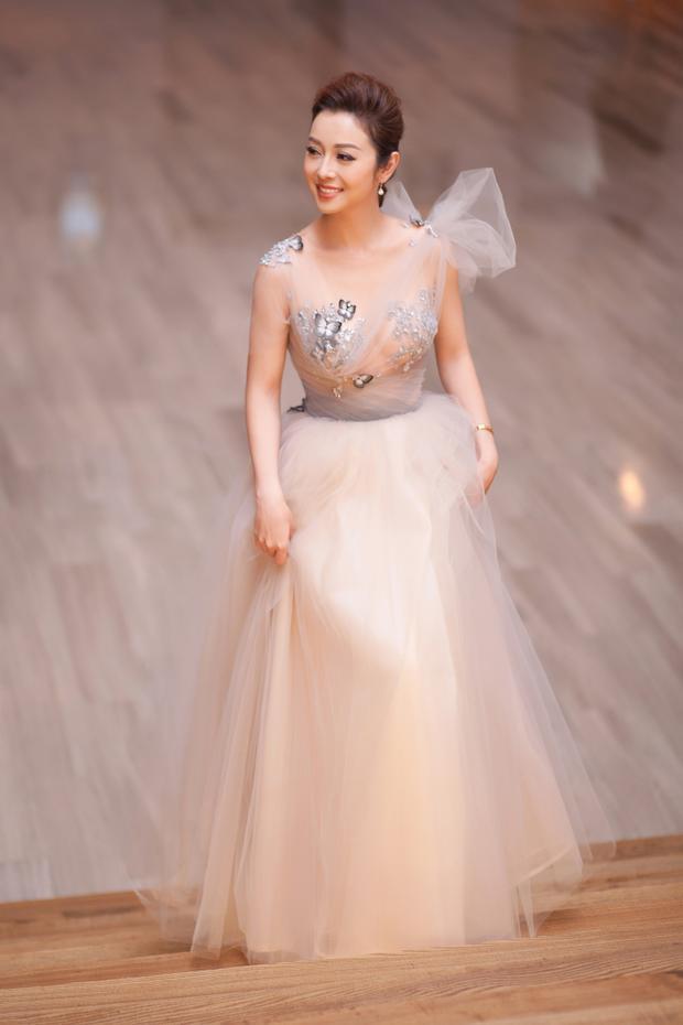 Chiếc váy với chất liệu vải Ren của Ý được thiết kế riêng cho cô , nhà thiết kế khéo léo đem đến phong cách công chúa cực kỳ sang trọng và quyến rũ đến nàng thơ Jennifer Phạm.