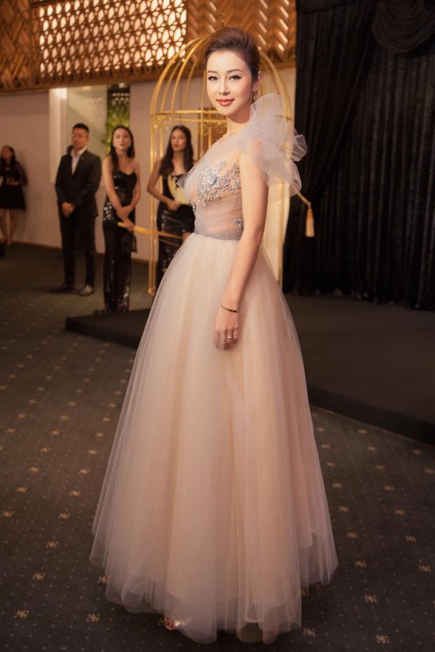 Chuẩn bị rất kỹ lưỡng về trang phục, hình ảnh cô nổi bật ở mọi góc nhìn.