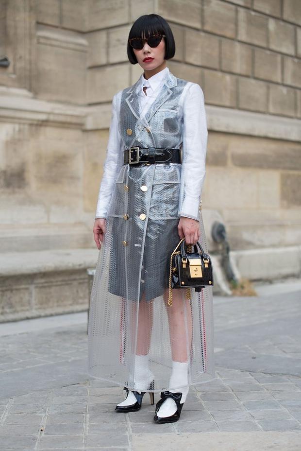 Một chiếc áo mưa khác được biến tấu như chiếc áo khoác măng tô vô cùng sang chảnh.