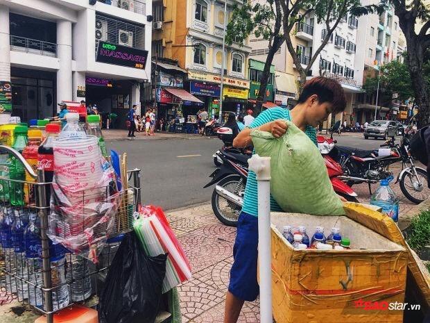 Giữa đường phố tấp nập, hai chị mỗi người một tay để hoàn thành khâu chuẩn bị
