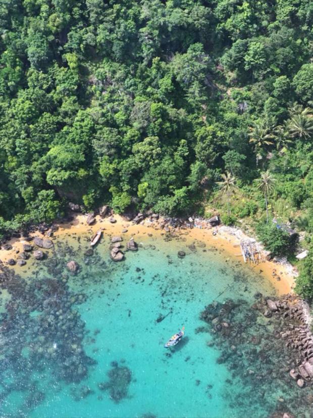 Cáp kính trong suốt nên bạn có thể ngắm nhìn 360 độ mọi cảnh vật xinh đẹp, thần tiên của biển, đảo, rừng xanh và những bãi tắm trong cụm đảo An Thới, Nam Phú Quốc. Từ trung tâm Dương Đông, bạn hỏi đường ra bãi đất đỏ An Thới hoặc cáp treo Hòn Thơm, cách trung tâm khoảng 25 km, cách Bãi Sao khoảng 8 km. Giá cáp treo là 400.000 đồng/người lớn và 250.000 đồng/trẻ em.