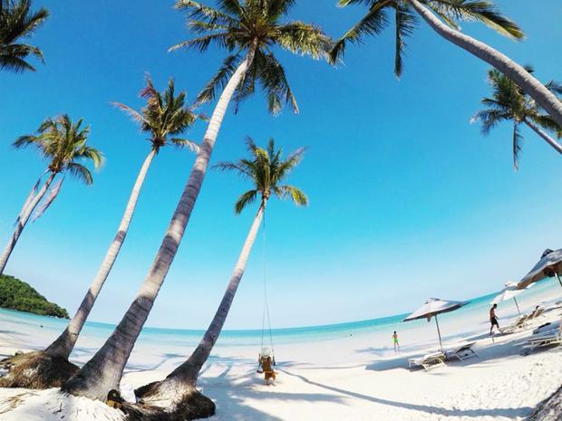 Đầu tiên, đến với Hòn Thơm bạn có thể tắm biển ở Bãi Nồm, Bãi Nam, Bãi Chướng, Bãi Trào với những hàng dừa soi bóng trên nền cát trắng mịn, mặt nước biển xanh màu lam ngọc đẹp đến nao lòng. Ngoài ra, theo chia sẻ của Thắng Cuội, du khách còn có thể dành cả ngày để tham gia các trò chơi như dù lượn (bay đôi hoặc bay đơn) với giá 800.000 đồng/người, moto nước 550.000 đồng/10 phút, cano kéo (phù hợp với cả khách lẻ lẫn nhóm đông) giá từ 800.000 đồng đến 1.100.000 đồng…