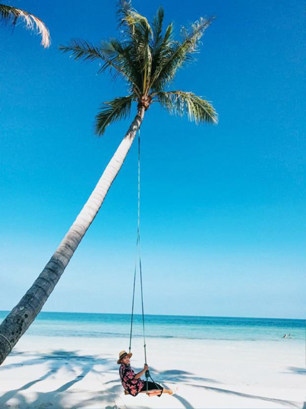 Nét đặc trưng của đảo Hòn Thơm là có rất nhiều dừa, các bãi đá và các bãi tắm, là thiên đường cho những ai muốn chụp ảnh sống ảo. Người dân đảo chỉ có một số ít làm nhà hàng, dịch vụ du lịch cho du khách còn lại làm nghề câu mực, câu cá biển.