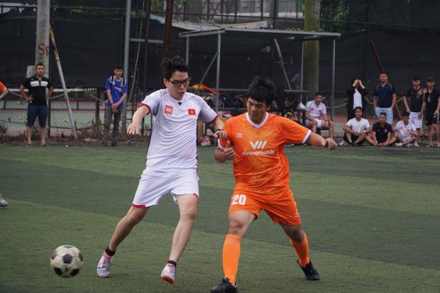 """Điều bất ngờ xảy đến ngay ở cuối trận đấu. Cầu thủ Quang Hải xuất hiện trước sự ngạc nhiên của khán giả. Tuyển thủ U23-VN có lời chào sân đến người hâm mộ bằng màn biểu diễn """"cầu vồng tuyết"""" kinh điển và màn giao lưu cùng hai đội chủ nhà."""