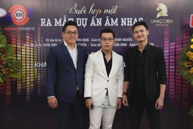 Doanh nhân Kevin Đức Toàn chụp ảnh lưu niệm cùng người bạn đồng hành Henry Nguyễn và diễn viên điển trai Nguyễn Mạnh Hùng.