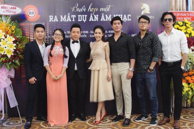 Ca sĩ Quang Lê bên đại gia đình của mình gồm: quản lý Phi Thiên Vũ và các giọng ca trẻ tài năng Phương Mỹ Chi, Thanh Lan, Hoàng Ngọc Sơn, Trường Tam.