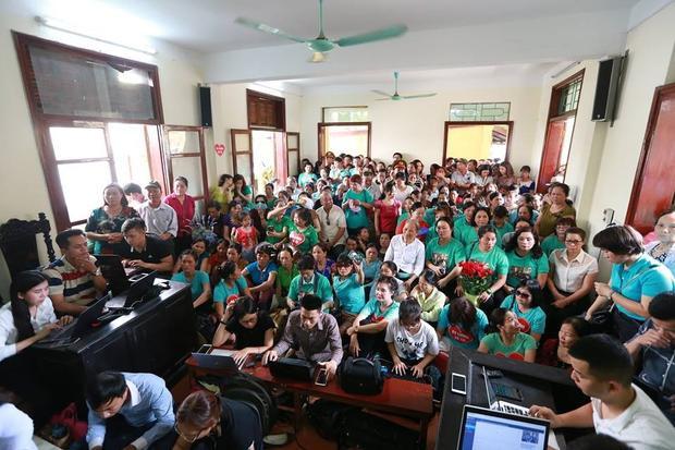 Rất nhiều người dân mặc áo xanh với mong muốn Tòa tuyên bác sĩ Lương vô tội.