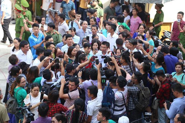 Bác sĩ Hoàng Công Lương cùng các luật sư trong vòng vây của người dân.