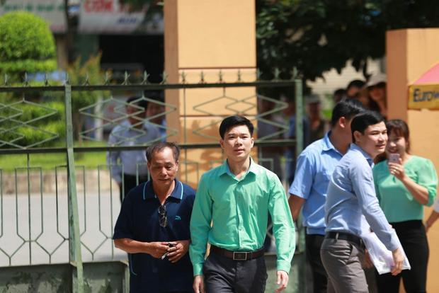 Bác sĩ Hoàng Công Lương tới phiên tòa.