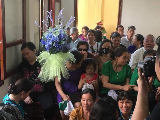 Người dân còn mang cả hoa đến tòa.