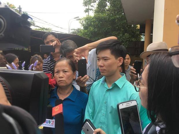 Bác sĩ Hoàng Công Lương sau khi phiên tòa kết thúc.