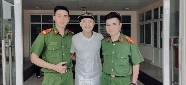 Tuấn Hưng chụp ảnh cùng các chiến sĩ công an.