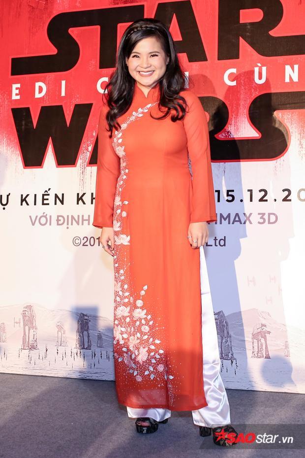 Kelly Marie Tran diện áo dài tại sự kiện ra mắt phim ở Việt Nam.