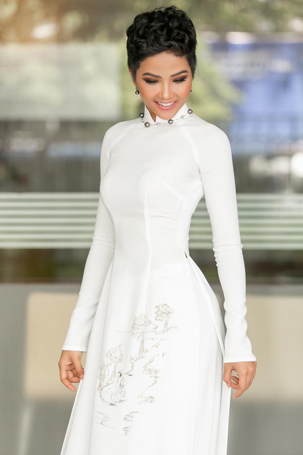 Thời gian gần đây, người đẹp liên tục thay đổi hình ảnh với những trang phục được đầu tư chu đáo và chỉnh chu, khéo léo khoe hình thể quyến rũ nhưng không kém phần tinh tế.