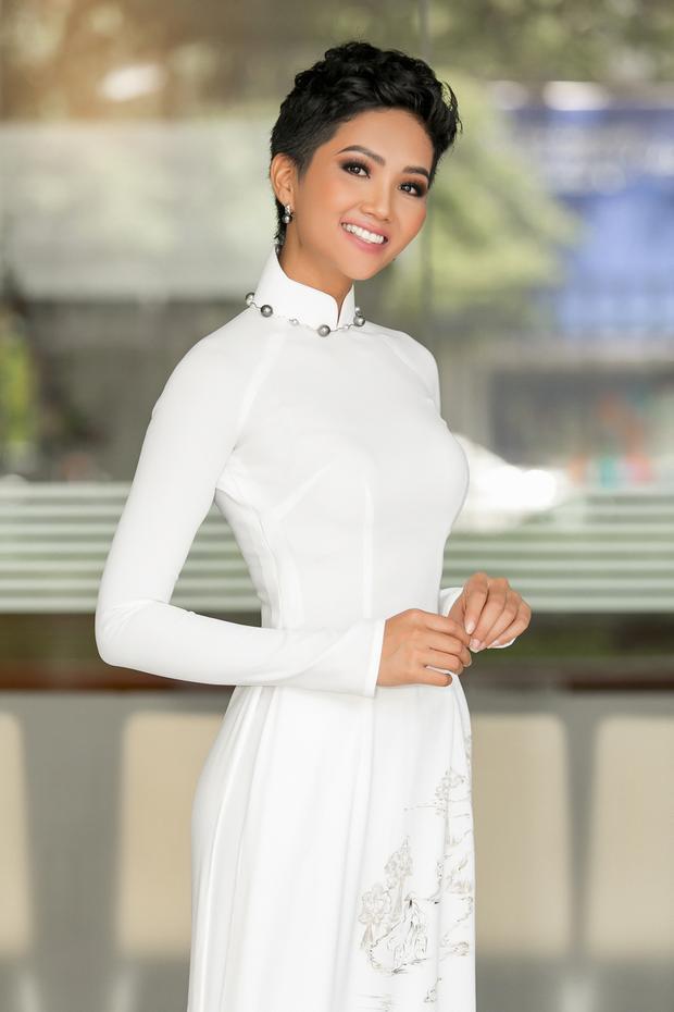 Vẫn chọn sắc trắng quen thuộc, điểm xuyết ngọc trai nơi cổ áo và phần tà có họa tiết những cô gái xứ Huế mộng mơ đội nón lá đạp xe, hoa hậu H'Hen Niê tự tin khoe hình thể chuẩn.