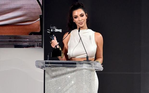 Kim Kardashian trở thành chủ nhân đầu tiên của danh hiệu Nhân vật gây ảnh hưởng do CFDA