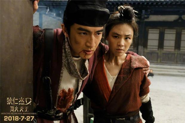 Nhân vật Sa Đà Trung của Lâm Canh Tân dựa vào Mã Tư Thuần khi bị thương
