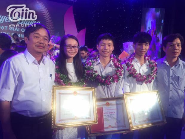 Phi Khánh nhận bằng khen trong một lễ tuyên dương học sinh có thành tích xuất sắc.