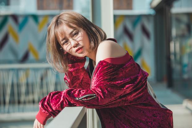 Vốn được yêu thích với bởi hài hước, nhí nhảnh và hoạt ngôn nên sự xuất hiện đầy dịu dàng của cô nàng trong MV cùng Thanh Duy đã tạo ra sự thích thú, lạ lẫm.
