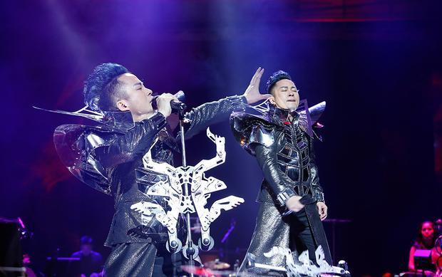 Tùng Dương và hình ảnh đầy khác biệt trong concert đêm qua.