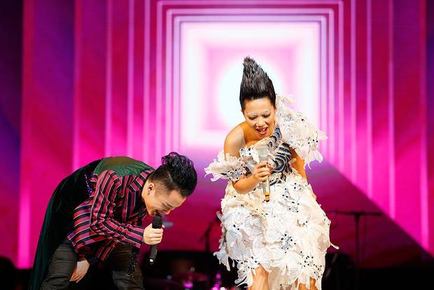 Anh cũng có màn song ca đầy ăn ý với diva Hà Trần khi hát các ca khúc của Trần Tiến.