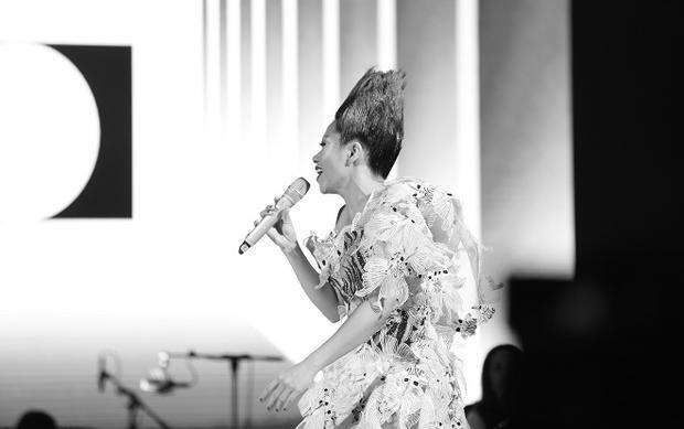 Hà Trần solo Lữ khách sông Hồng và lần đầu hát ca khúc Im lặng của nhạc sĩ Dương Thụ.