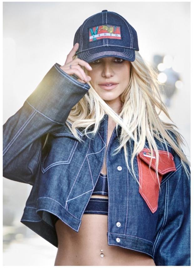 """Bất ngờ hơn cả, người hâm mộ còn nhanh chóng nhận ra, chiếc áo này còn được """"công chúa nhạc pop"""" - Britney Spears diện khi chụp ảnh cho Kenzo. Tuy nhiên, phiên bản của Britney lại có phần ngắn hơn, tạo nét trẻ trung. Phát hiện thú vị này đã khiến các fan thích thú."""